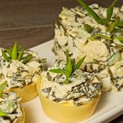 Куриный салат в сырных тарталетках