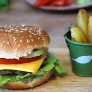 Домашние чизбургеры с солеными огурцами