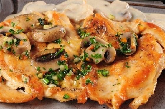 Куриное филе с грибами и сметанным соусом