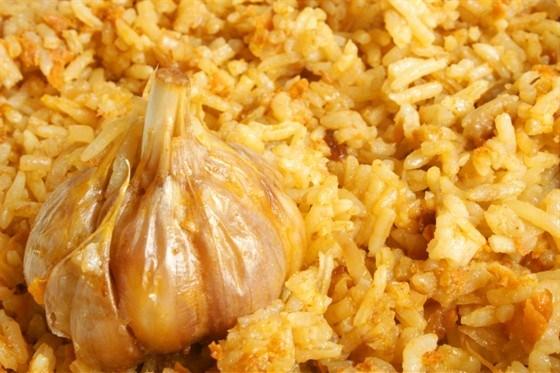 Белый рис с чесноком