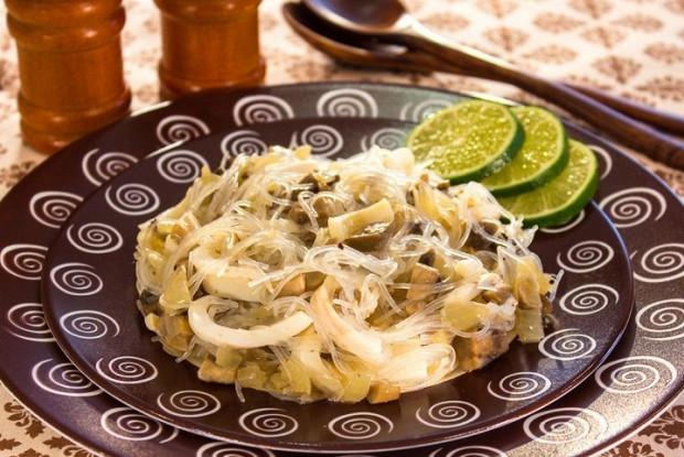 Салат из фунчозы с кальмарами с белыми грибами