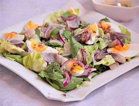 Зеленый салат с сельдью и горчичной заправкой