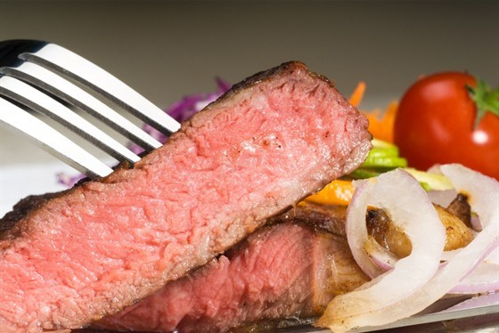 Бифштекс из отварного мяса с луком
