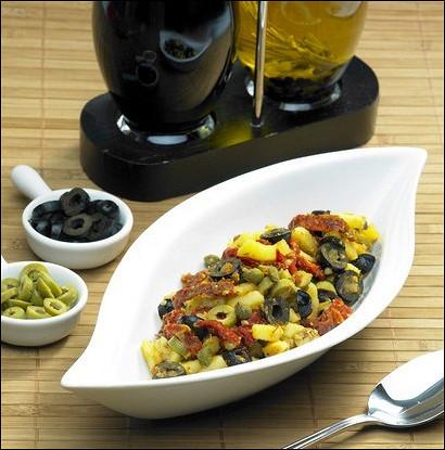 Свежий и легкий салат из молодого картофеля, перцев и маслин