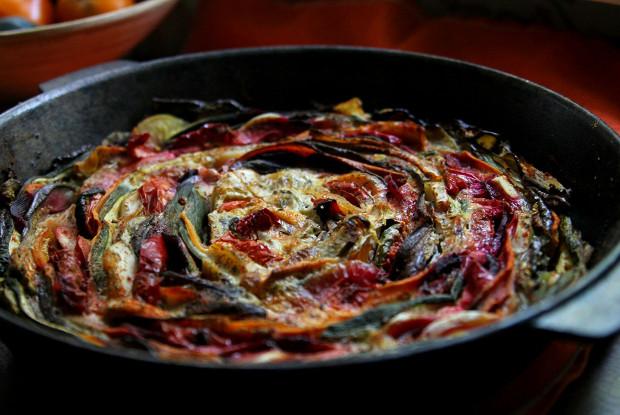 Овощная запеканка с баклажанами, сладким перцем, свеклой и помидорами
