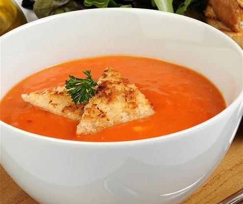 Холодный суп из красных перцев с базиликом и крутонами
