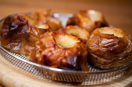 Яблоки, запеченные с вишневым джемом