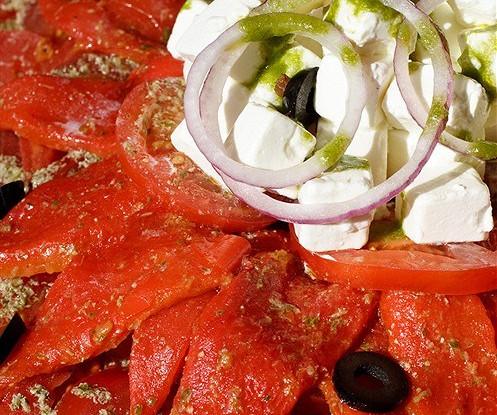 Салат из жареных перцев, помидоров и феты