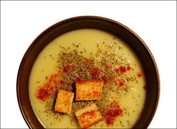 Суп-пюре из картофеля и лука-порея с крутонами