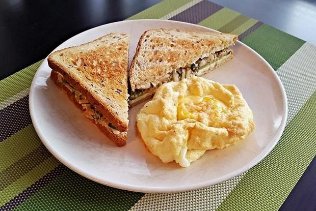 Сэндвич с тунцом и яичным облаком