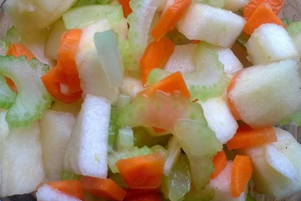 Сельдереевый салат с яблоком, морковью и мятой