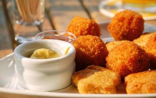 Куриные наггетсы с медово-горчичным соусом