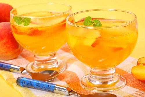 Персики в желе из шампанского и базилика