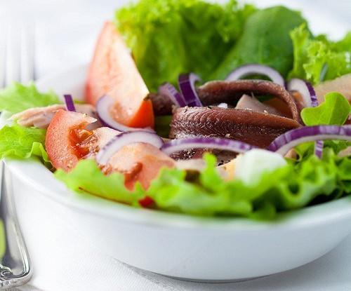 Салат из помидоров, красного лука и анчоусов