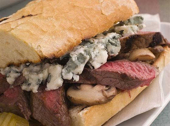Сэндвичи с говяжьим стейком, шампиньонами и кремом из базилика