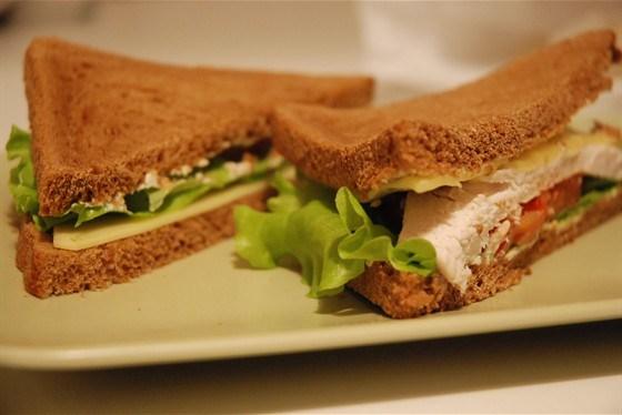 Сэндвич с курицей и помидором