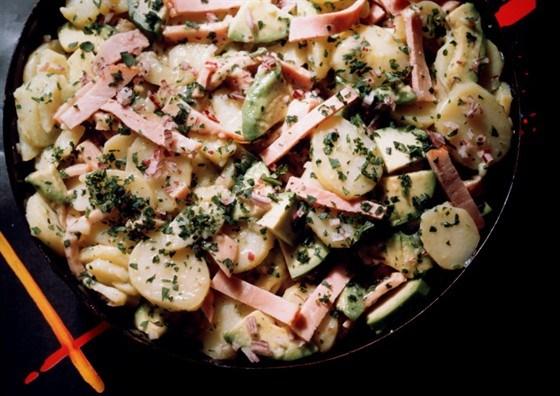 Картофельный салат с колбасками и швейцарским сыром