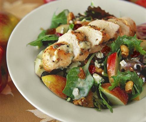Куриный салат с фруктами и орехами