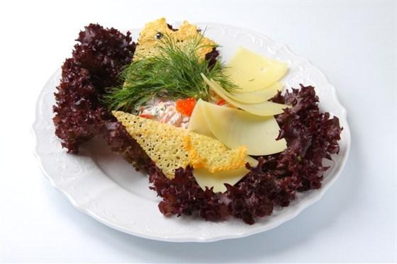 Салат из семги с овощами и сыром