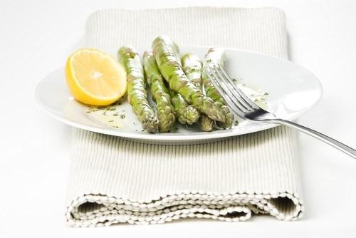Жареная спаржа с лимонами и орегано