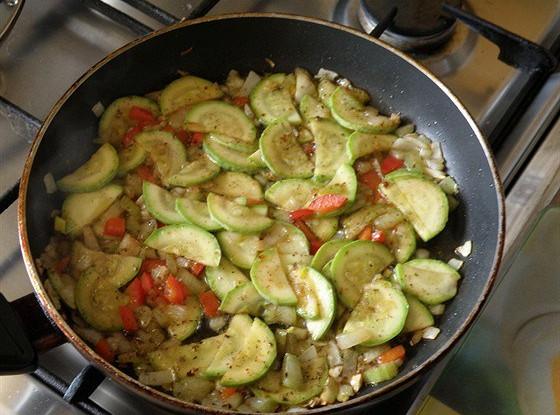 Теплый овощной салат с чесноком и специями