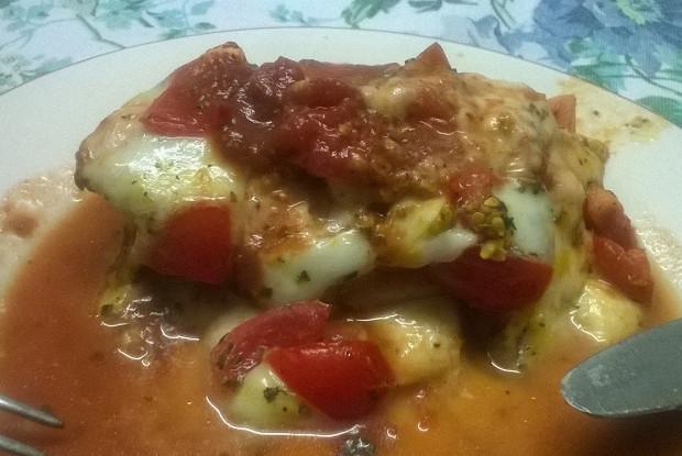 Куриное филе запеченное с моцареллой и томатами черри