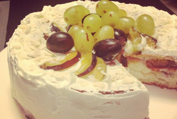 Бисквитный торт со сливами