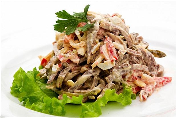 Мясной салат с болгарским перцем и грибами