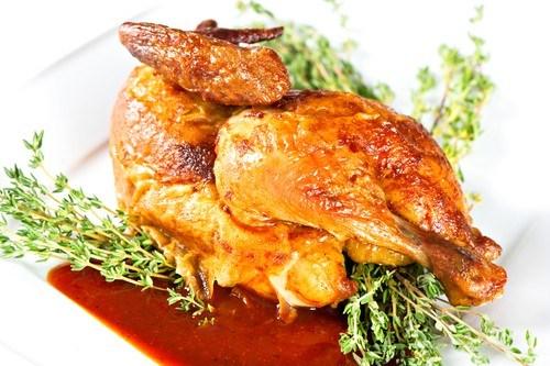 Жареные цыплята с черносливом и тимьяном