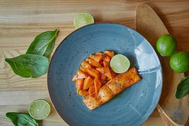 Лосось под чили-медовым соусом с карамелизированной морковью