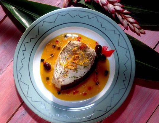 Рыба-меч с луком и белым вином