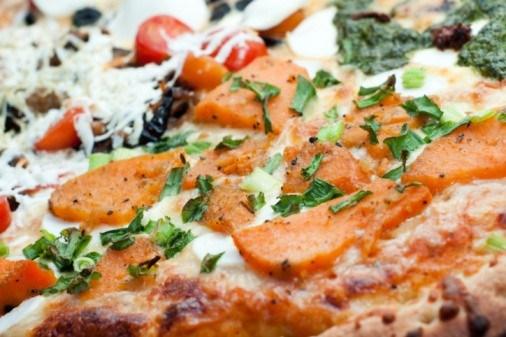 Пицца с тыквой и копченым салом