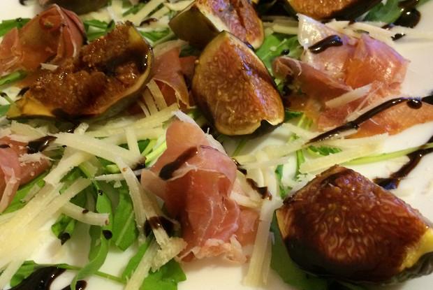 Салат с печеным инжиром и прошутто