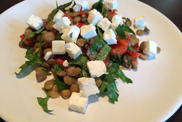 Теплый салат из чечевицы и жареных красных перцев