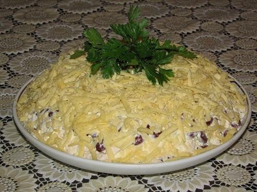 Салат из курицы с красной фасолью и сыром
