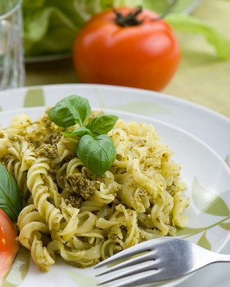 Летний салат с пастой, песто и помидорами