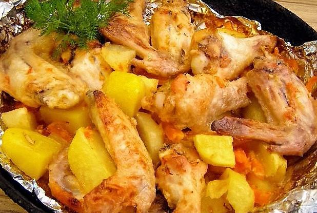 Куриные крылья с овощами в духовке