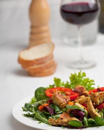 Салат из нектаринов и свинины на гриле, шпината и феты