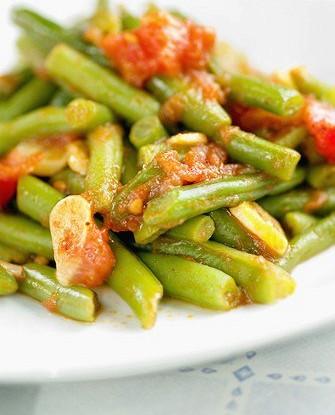 Зеленая фасоль с вялеными томатами и чесноком