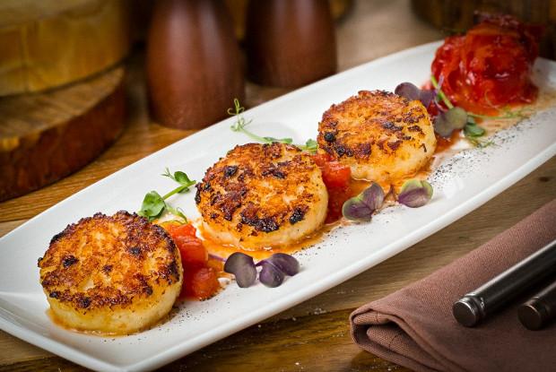 Котлеты из гребешка с томатным соусом