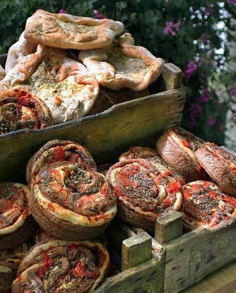 Хлеб с чесноком, базиликом и помидорами