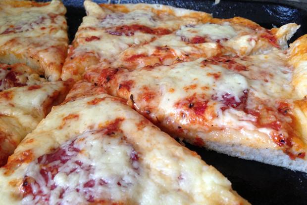 Воздушная пицца с салями и двумя видами сыра