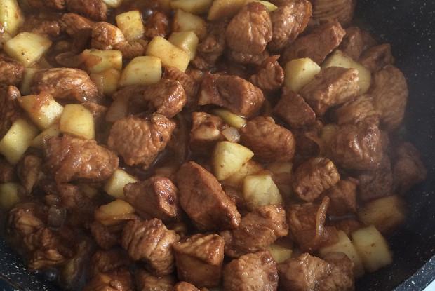 Индейка с яблоками и луком