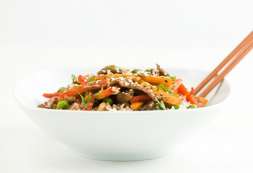 Салат из гороха с беконом и овощами