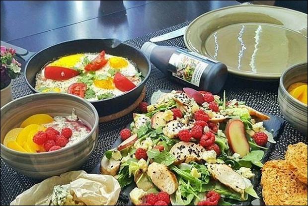 Летний салат с персиком куриным филе-гриль и малиной