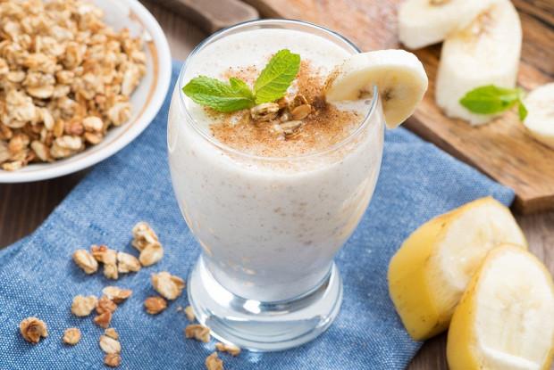 Бананово-яблочный смузи с воздушной пшеницей