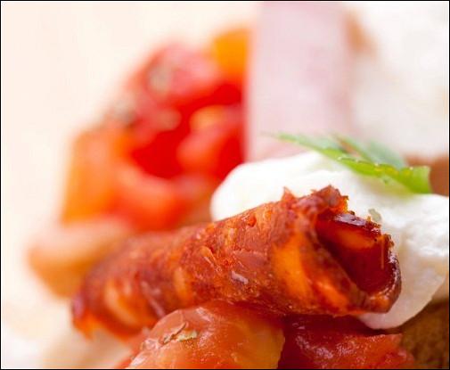 Канапе с сыром, помидором и беконом