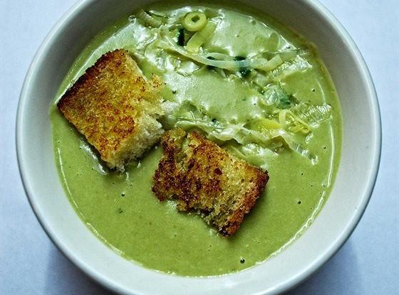 Гороховый крем-суп с луком-пореем и крутонами