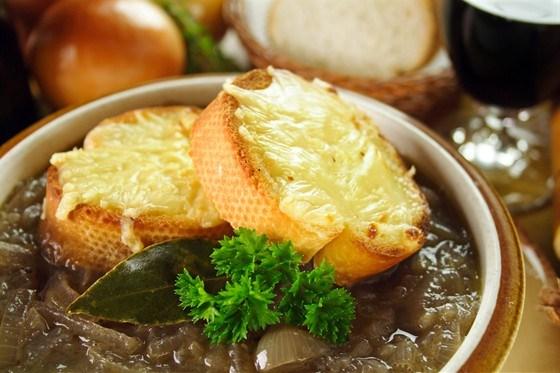 Французский луковый суп с красным вином