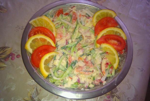 Овощной салат с яблоком и сметаной